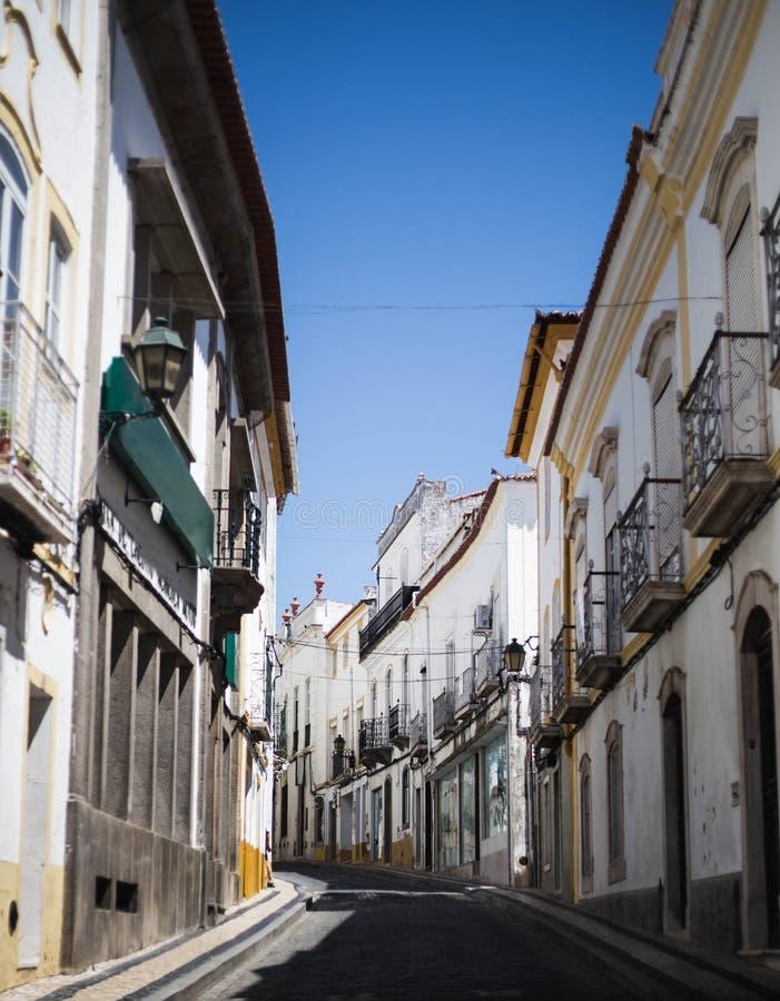 Calle blanca estrecha agradable en Elvas Portugual en el d?a soleado foto de archivo