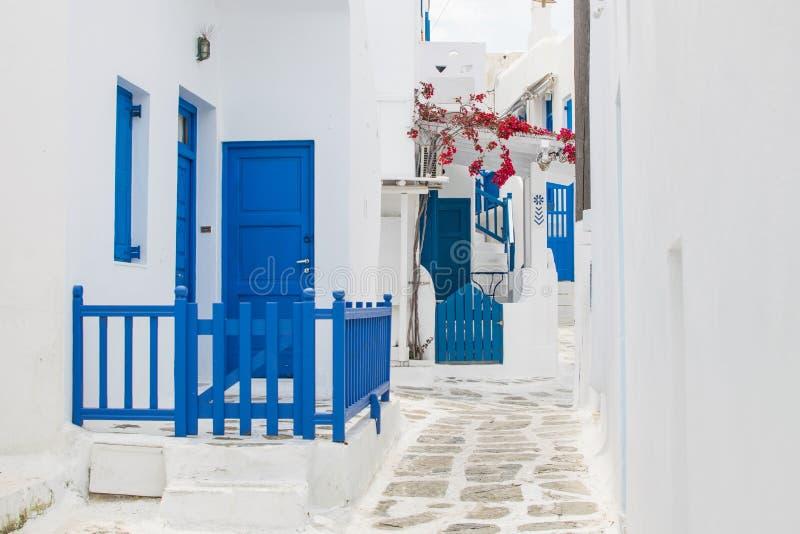 Calle blanca y azul imagen de archivo
