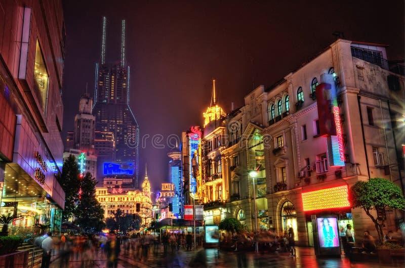 Calle céntrica de Shangai en la noche foto de archivo