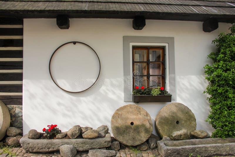 Calle cobbled estrecha medieval del patio viejo acogedor y pequeñas casas antiguas en Novy Svet, distrito de Hradcany Joven fotografía de archivo libre de regalías
