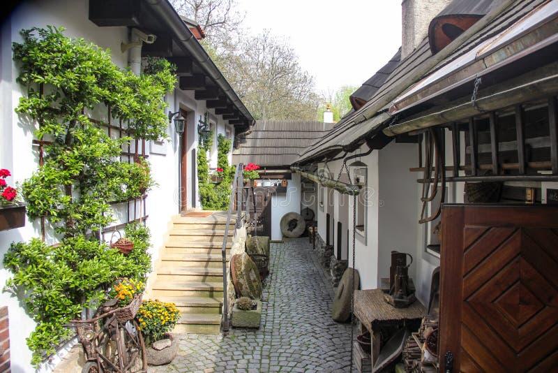 Calle cobbled estrecha medieval del patio viejo acogedor y pequeñas casas antiguas en Novy Svet, distrito de Hradcany Joven imagenes de archivo