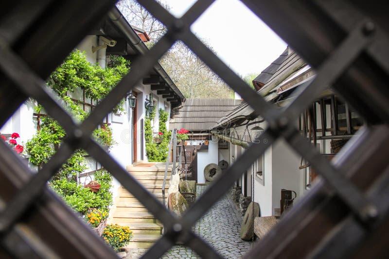 Calle cobbled estrecha medieval del patio viejo acogedor y pequeñas casas antiguas en Novy Svet, distrito de Hradcany Joven fotos de archivo