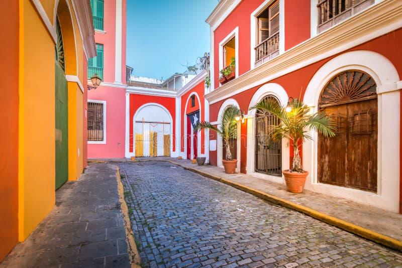 Calle Cobblestone en el Viejo San Juan, Puerto Rico Vista nocturna fotografía de archivo