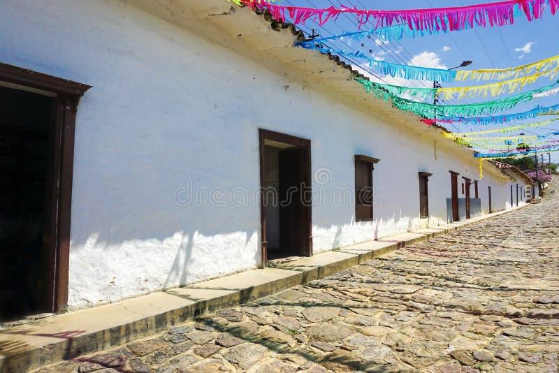 Calle colonial colorida en Guane, Colombia imagenes de archivo