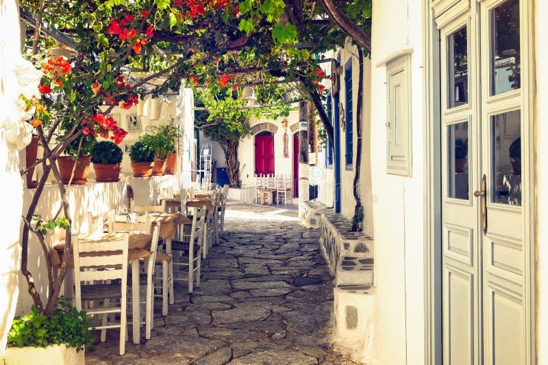 Calle colorida mediterránea tradicional en la isla de Amorgos, Cícladas, Grecia imágenes de archivo libres de regalías