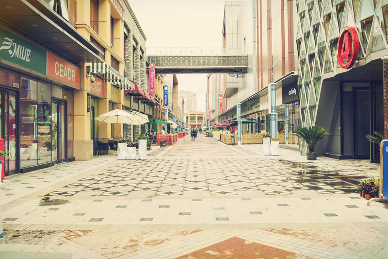 Calle comercial moderna de la ciudad, calle urbana de las compras del negocio, alameda peatonal foto de archivo libre de regalías