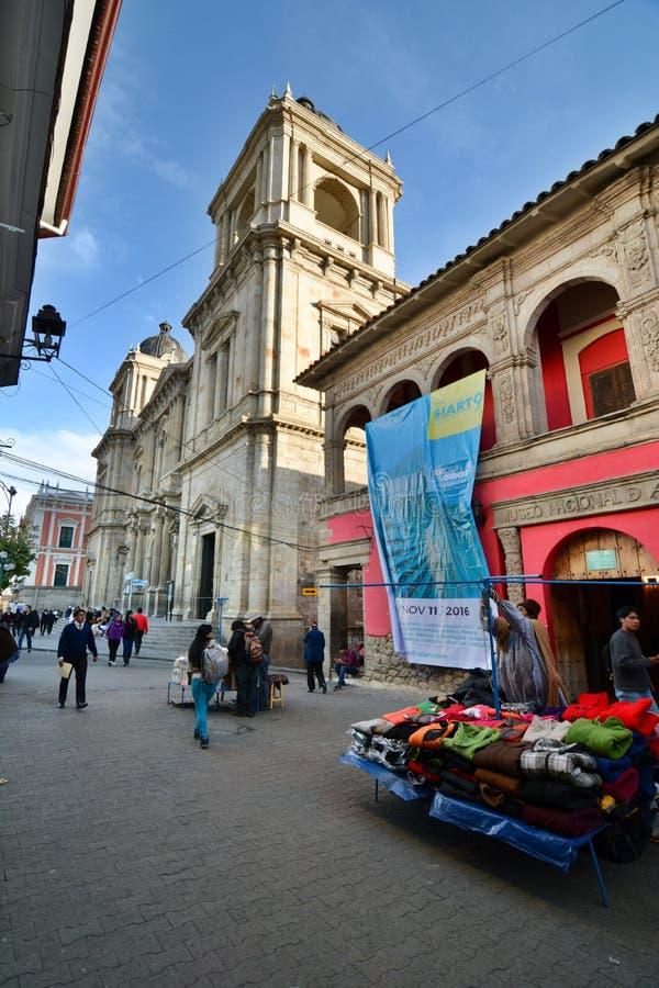 Calle Comercio和我们的和平的夫人大教堂大教堂  广场Murillo 拉巴斯 流星锤 免版税库存照片