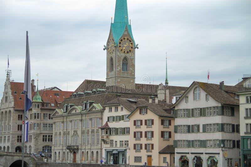 Calle con arquitectura hermosa y una torre de reloj foto de archivo libre de regalías