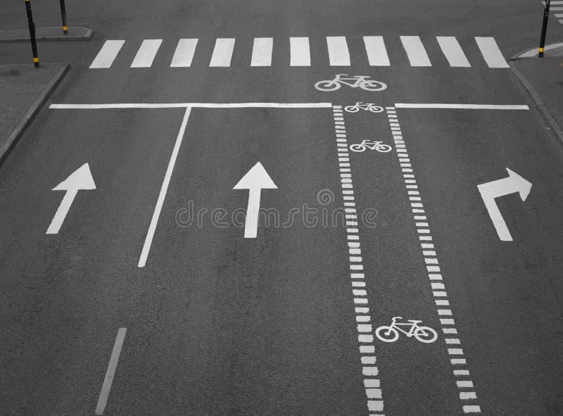 Calle con el camino de ciclo imagenes de archivo