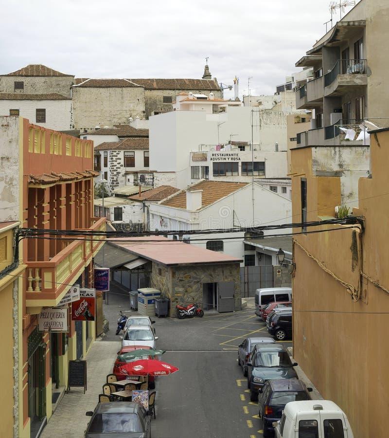 Calle con el restaurante en Icod de los Vinos en la isla de Tenerife fotografía de archivo libre de regalías