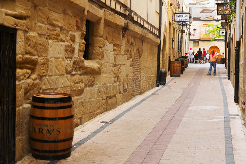 Calle con el restaurante en la ciudad española vieja en Haro foto de archivo