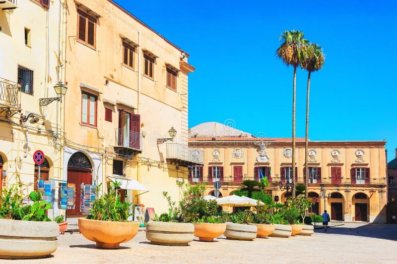 Calle con la administración de la ciudad en Monreale Sicilia imágenes de archivo libres de regalías
