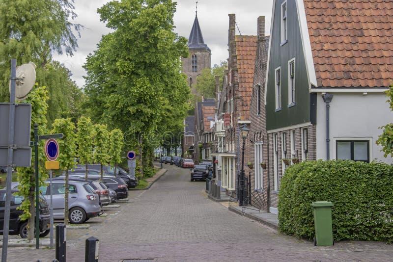 Calle con la bóveda de la iglesia vieja en el pueblo del queso Edam netherlands imagenes de archivo