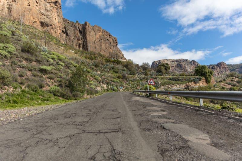 Calle con la barandilla en camino de la montaña fotos de archivo libres de regalías