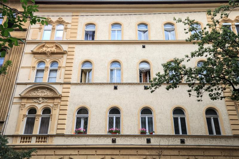 Calle con la casa vieja en Budapest, Hungría imagen de archivo