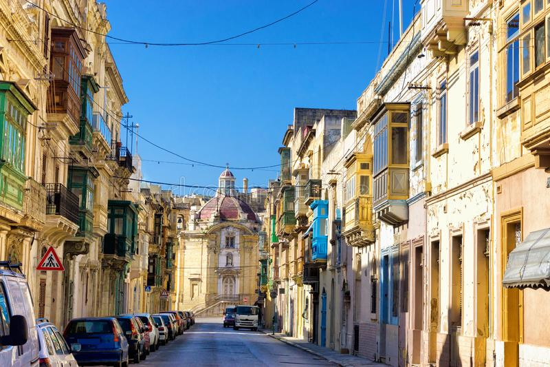 Calle con la iglesia en Senglea, Malta fotos de archivo