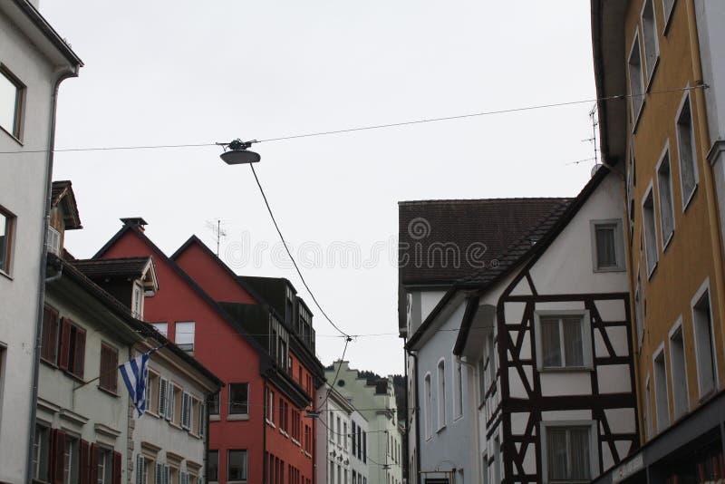 Calle con las casas en Austria Bregenz imagen de archivo