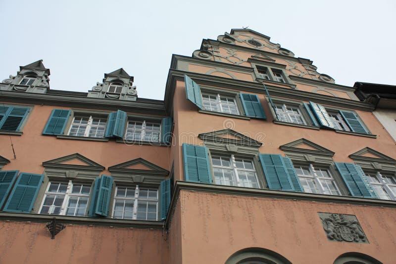 Calle con las casas en Austria Bregenz imagenes de archivo