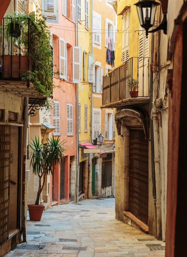 calle con las flores en la ciudad vieja en Francia fotos de archivo