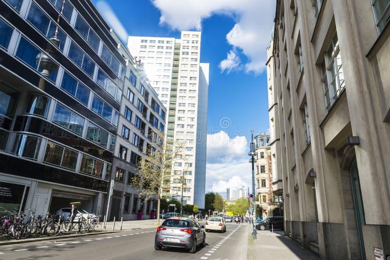 Calle con los bloques modernos de viviendas y oficinas en Berlín, alemanes fotografía de archivo libre de regalías