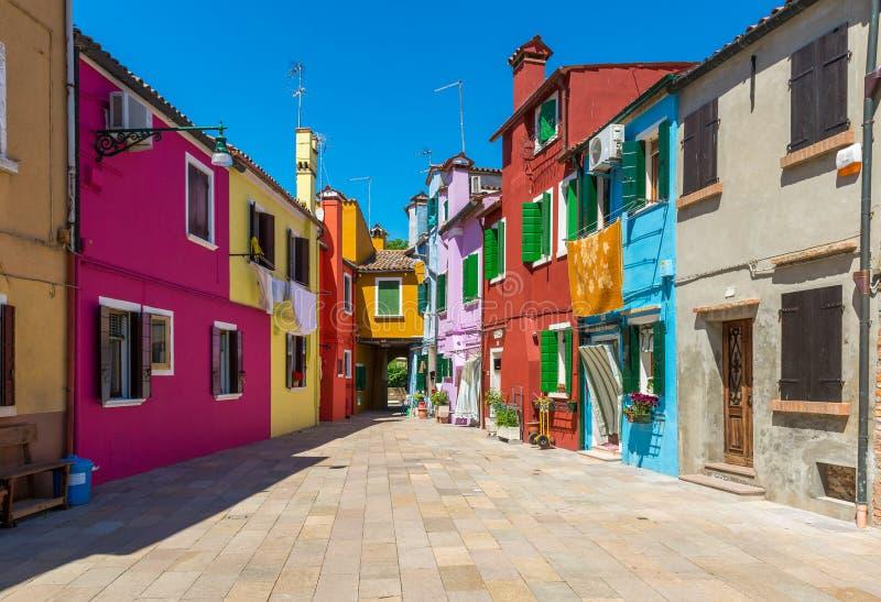 Calle con los edificios coloridos en la isla de Burano, Venecia foto de archivo