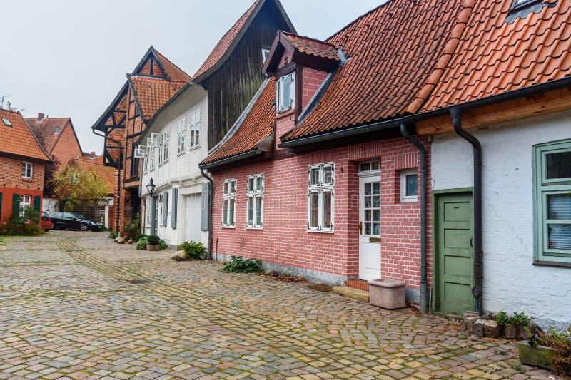 Calle con los edificios de ladrillo viejos medievales Luneburg alemania imagenes de archivo
