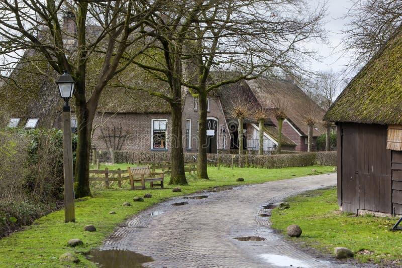 Calle con los graneros históricos del en de las granjas en Orvelte foto de archivo