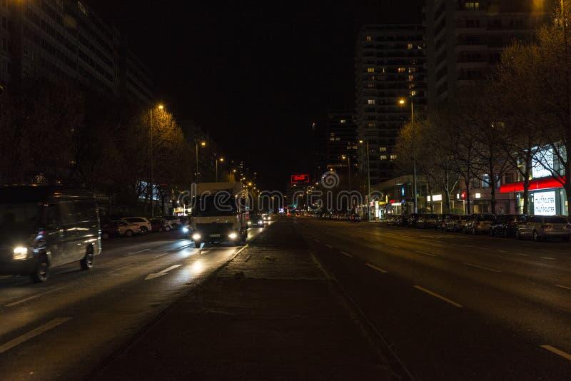 Calle con tráfico en la noche en Berlín, Alemania foto de archivo