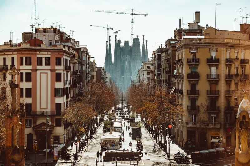 Calle con vistas a la Sagrada Familia fotografía de archivo