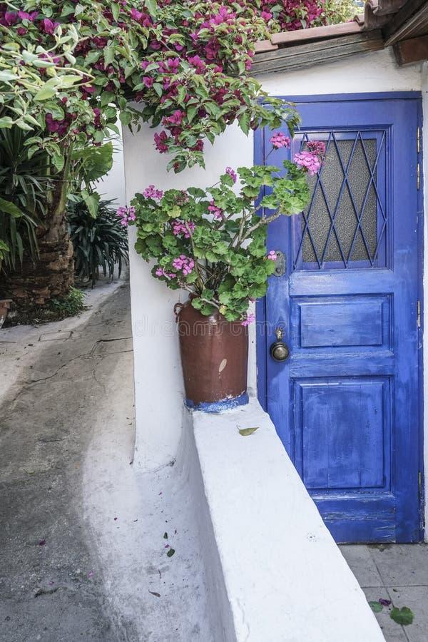 Calle de Anafiotika en la ciudad vieja de Atenas en Grecia imagenes de archivo