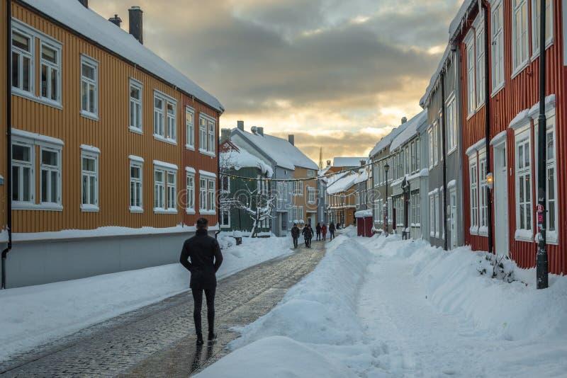 Calle de Baklandet debajo de la nieve Invierno en Strondheim, Noruega fotografía de archivo libre de regalías
