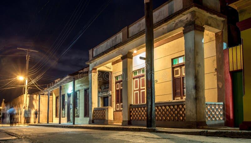 Calle de Baracoa en la noche Cuba fotografía de archivo