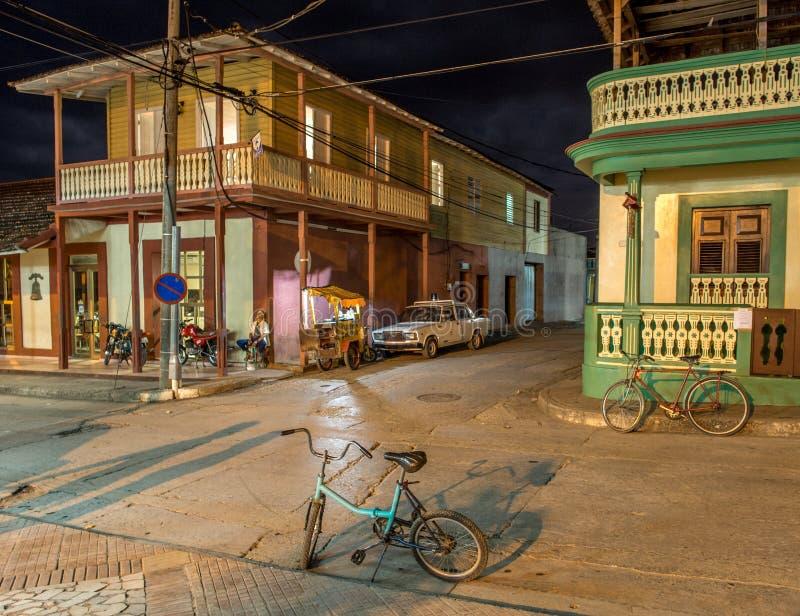 Calle de Baracoa en la noche Cuba foto de archivo libre de regalías