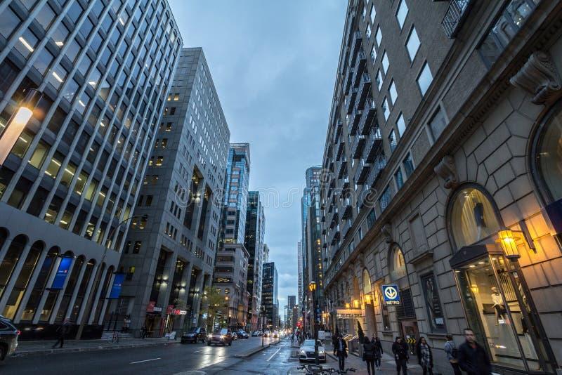 Calle de Boulevard de Maisonneuve en el distrito financiero céntrico del centro de Montreal fotos de archivo libres de regalías