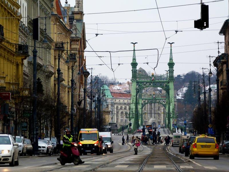 Calle de Budapest y el puente de la libertad en el invierno foto de archivo libre de regalías