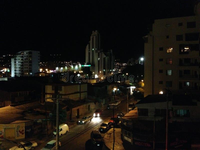 Calle de Cochabamba por el nitgh imagenes de archivo
