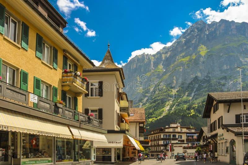 Calle de Dorfstrasse en Grindelwald con las partes de Mattenberg en el fondo foto de archivo