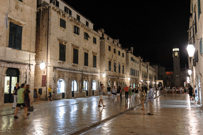 Calle de Dubrovnik Stradun en la noche imagen de archivo libre de regalías