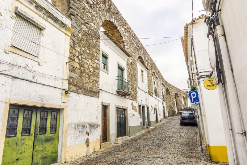 Calle de Evora con las casas tradicionales construidas en aque romano antiguo fotografía de archivo