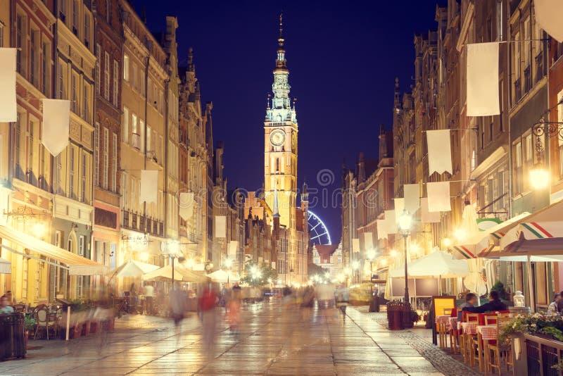 Calle de Gdansk con ayuntamiento en la noche fotos de archivo libres de regalías
