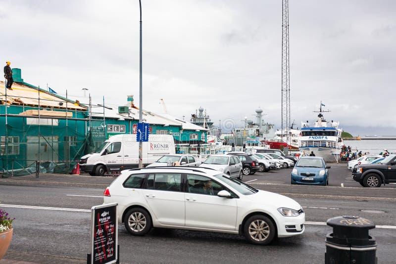Calle de Geirsgata cerca del puerto en la ciudad de Reykjavik imagen de archivo libre de regalías