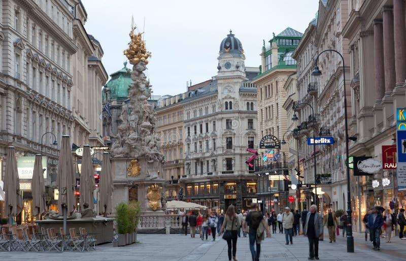Calle de Graben de los turistas a pie en Viena, Austria foto de archivo