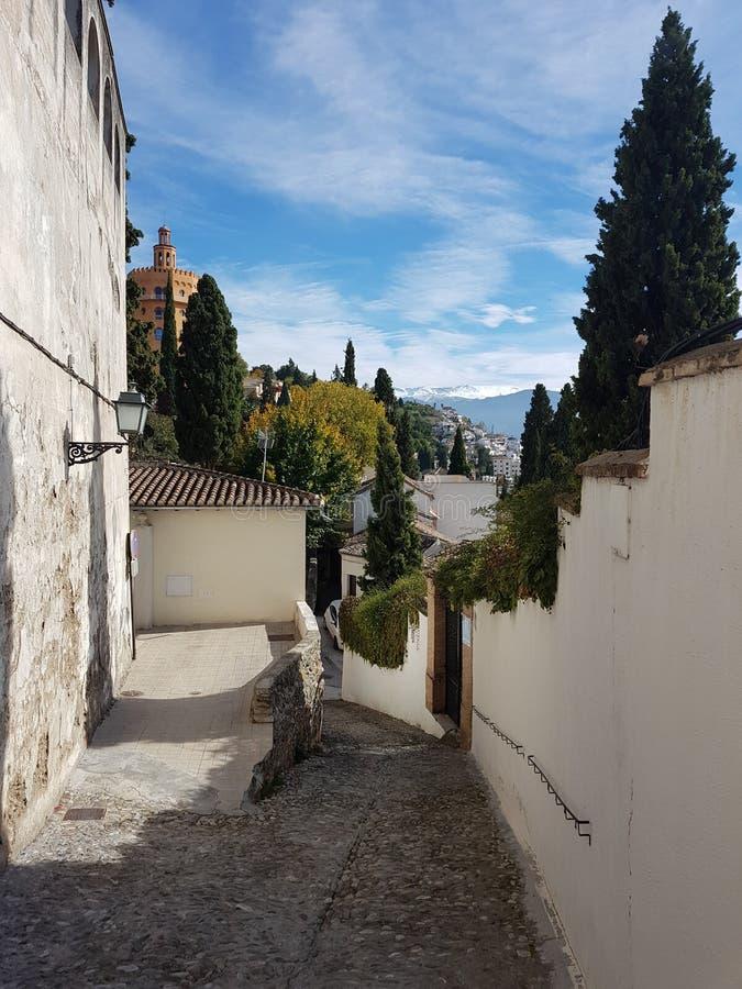 Calle de Granada en la vecindad de Realejo con las vistas del Sie imagenes de archivo