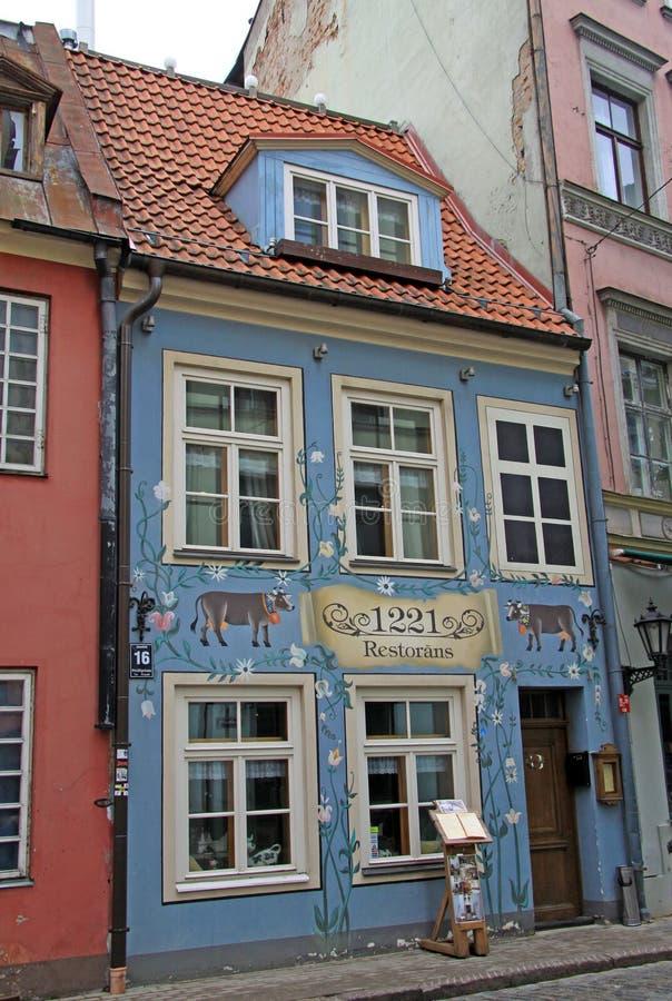 Calle de Jauniela en Riga con el edificio del restaurante 1221 en la casa histórica de la ciudad vieja imagen de archivo