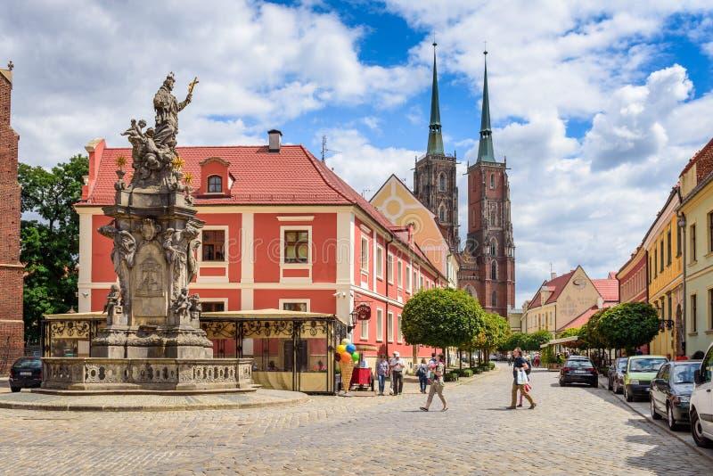 Calle de Katedralna, la calle principal de Ostrow Tumski, una de las calles más hermosas de Wroclaw fotos de archivo