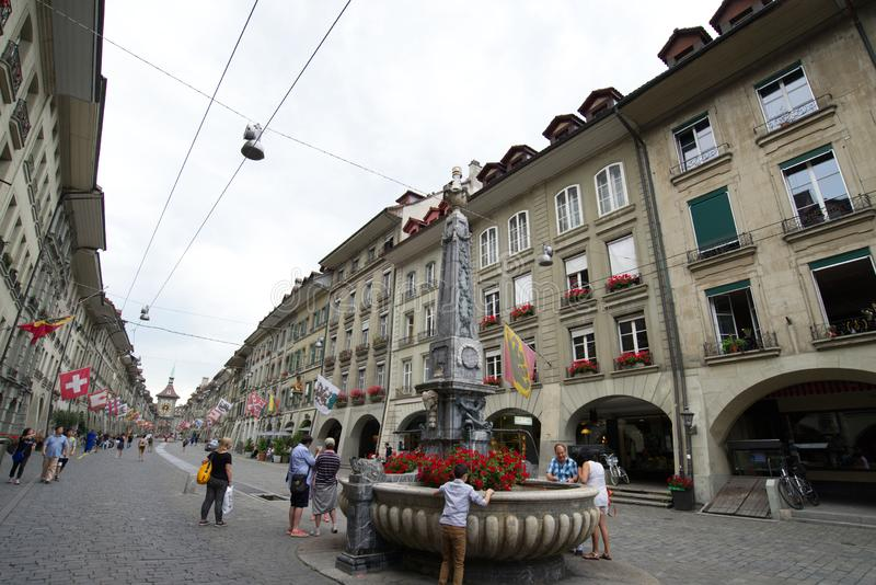 Calle de Kramgasse en la ciudad vieja de Berna imagen de archivo