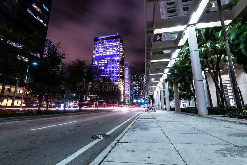 Calle de la avenida de Brickell en la noche imágenes de archivo libres de regalías
