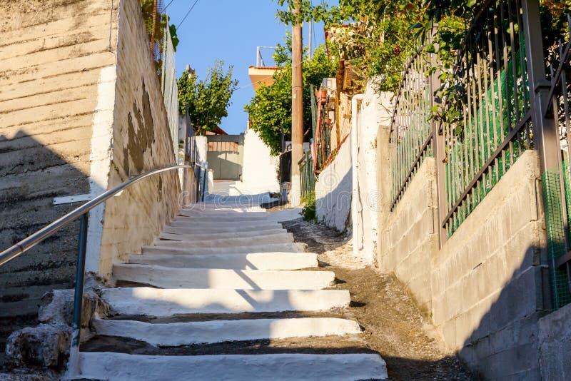 Calle de la ciudad como paso estrecho con las escaleras coloreadas foto de archivo