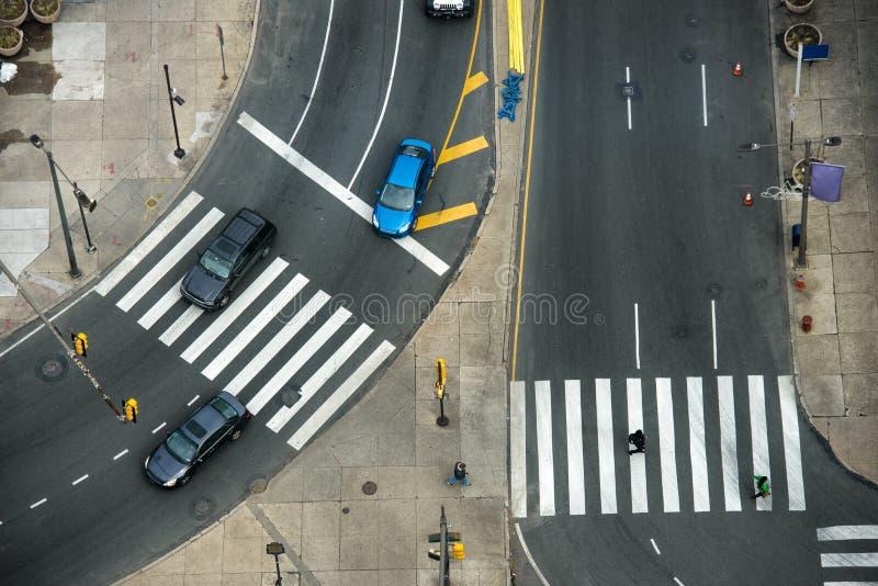 Calle de la ciudad con los pasos de peatones en tráfico de la carretera y de coche de asfalto fotos de archivo libres de regalías
