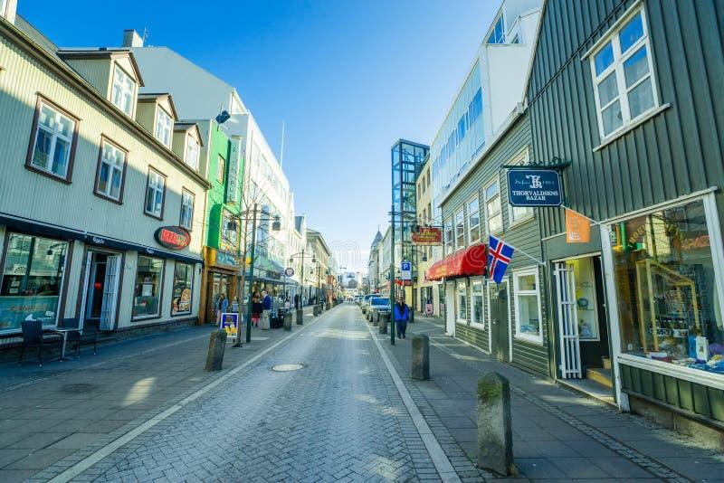 Calle de la ciudad de Reykjavik temprano por la mañana imagenes de archivo